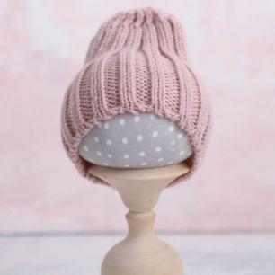 Вязаная шапочка-резинка для куклы - Пудровая