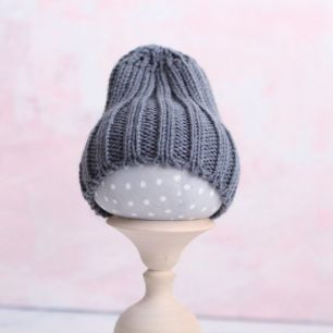 Вязаная шапочка-резинка для куклы - Серая