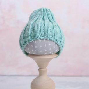 Вязаная шапочка-резинка для куклы - Мятная