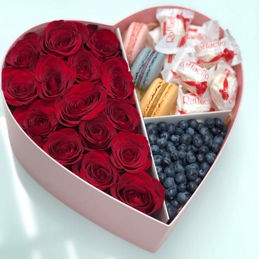 Коробочка с розами, макаронс, рафаэлло и голубикой №2