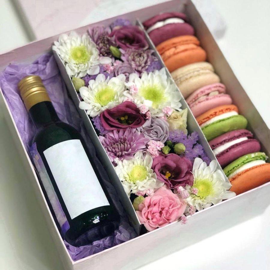 Подарочная коробочка с цветами и макаронс