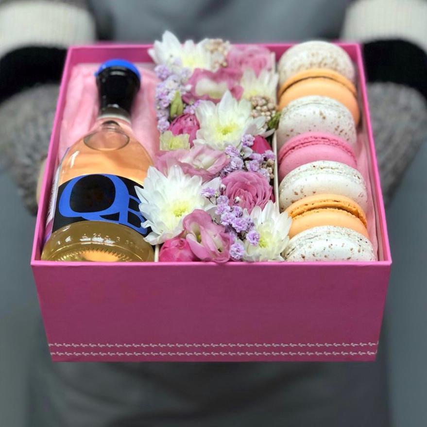 Подарочная коробочка с макаронс и цветами