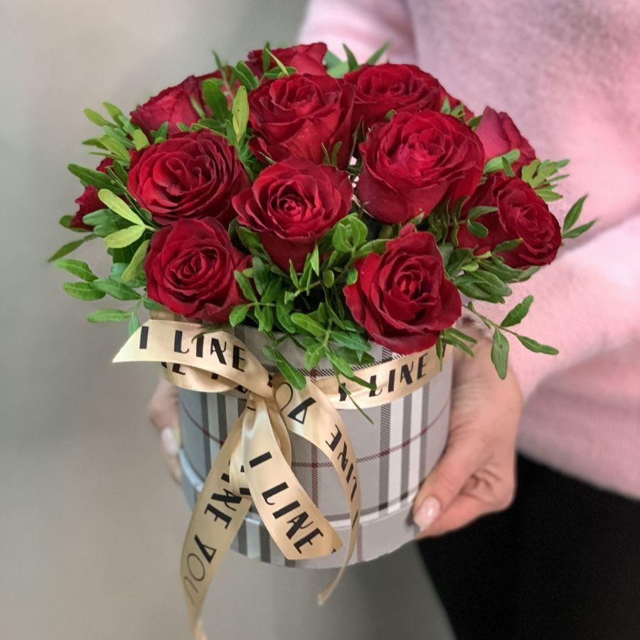 Коробка с красными розами и зеленью