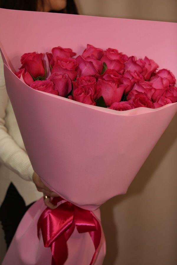 25 малиновых роз 60 см в красивой упаковке