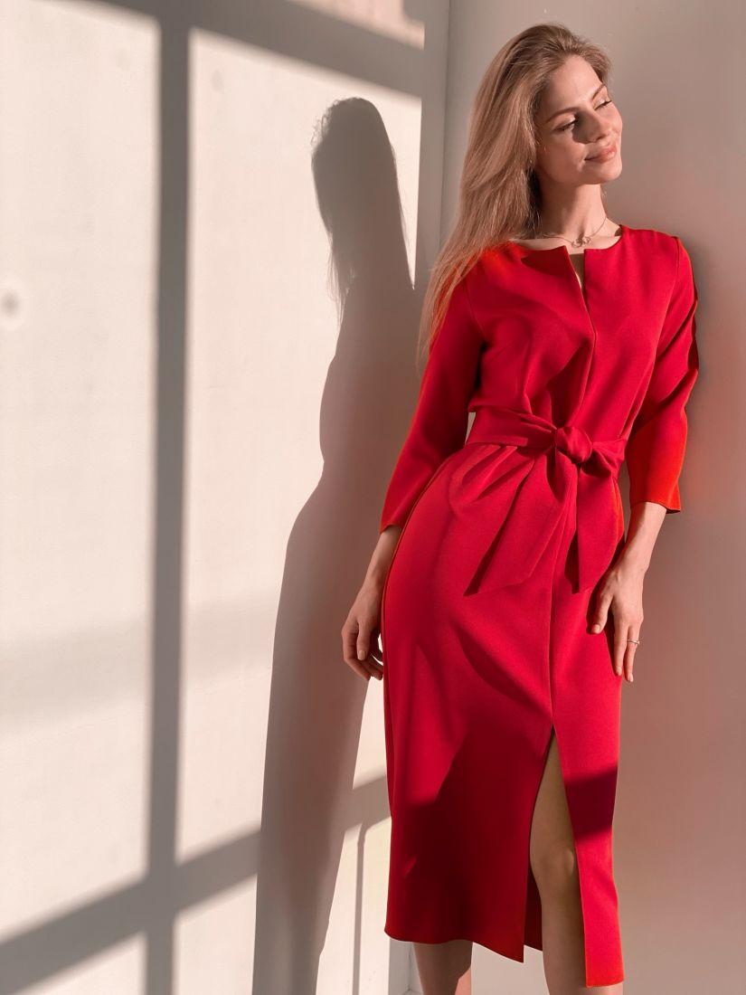 3693 Прямое платье с фигурным поясом в ягодном цвете