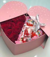 Коробочка-сюрприз с розами и киндерами