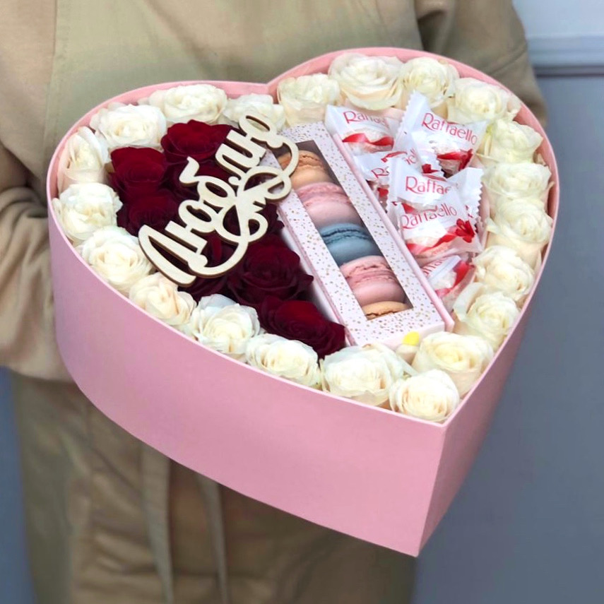 Большое сердце с розами, макаронс и рафаэлло