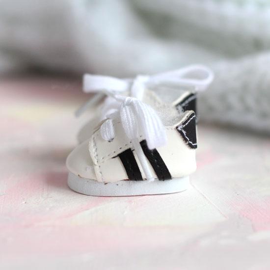 Обувь для кукол - кроссовки 5 см (белые с черными полосками)