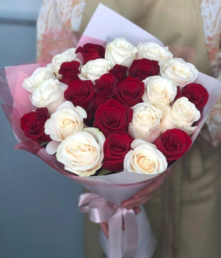 35 бело-красных роз 50 см в красивой упаковке