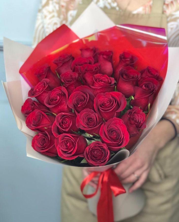 Акция! 25 красных роз 50 см в стильной упаковке