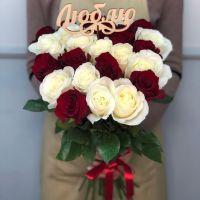 Акция! 25 бело-красных роз 60 см с топпером
