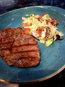 Телячий край с легким овощным салатом