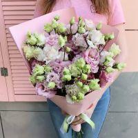 Розовая эустома в красивой упаковке