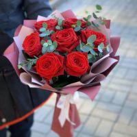 9 роз с эвкалиптом