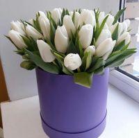 35 белых тюльпанов в шляпной коробке