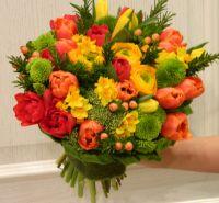 Сборный букет с ранункулусами и тюльпанами