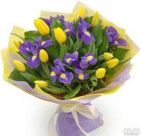 Букет с ирисами и желтыми тюльпанами.