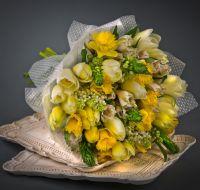 Сборный букет с нарцисами и тюльпанами