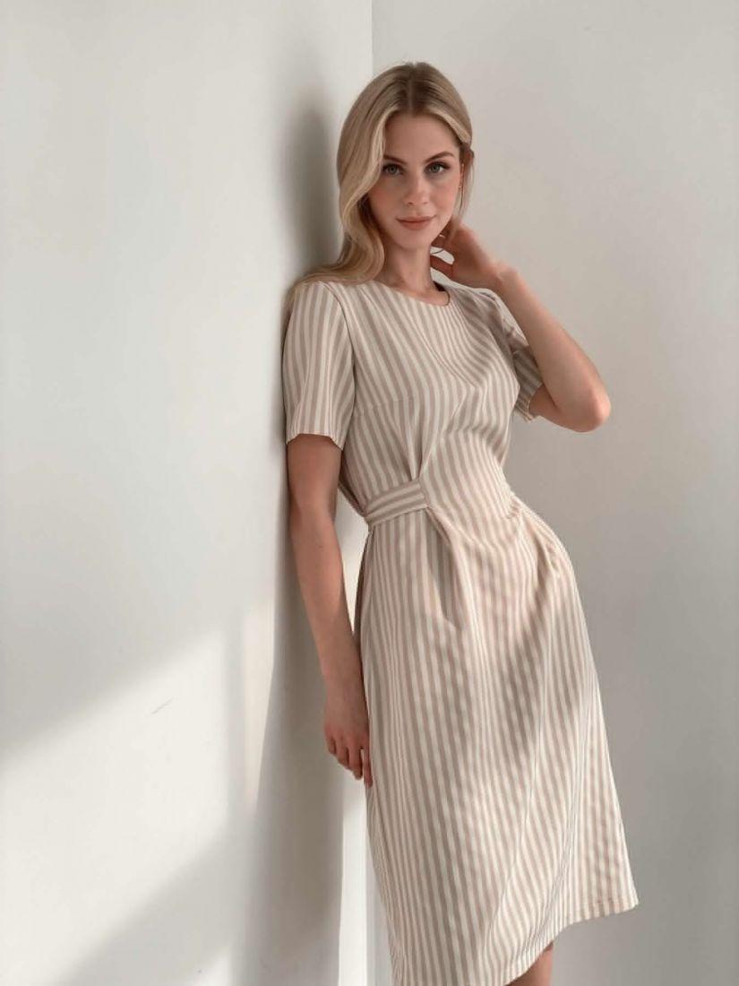 s3916 Платье-футляр в бежевую полоску-ёлочку