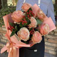 Розы с ягодами