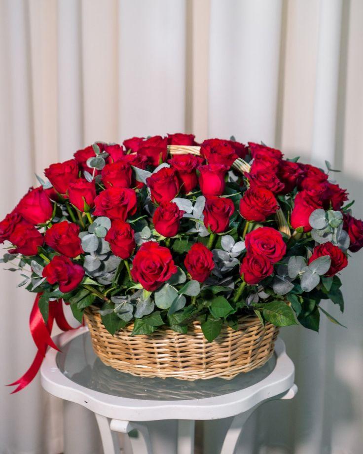Корзина с цветами из 75 роз