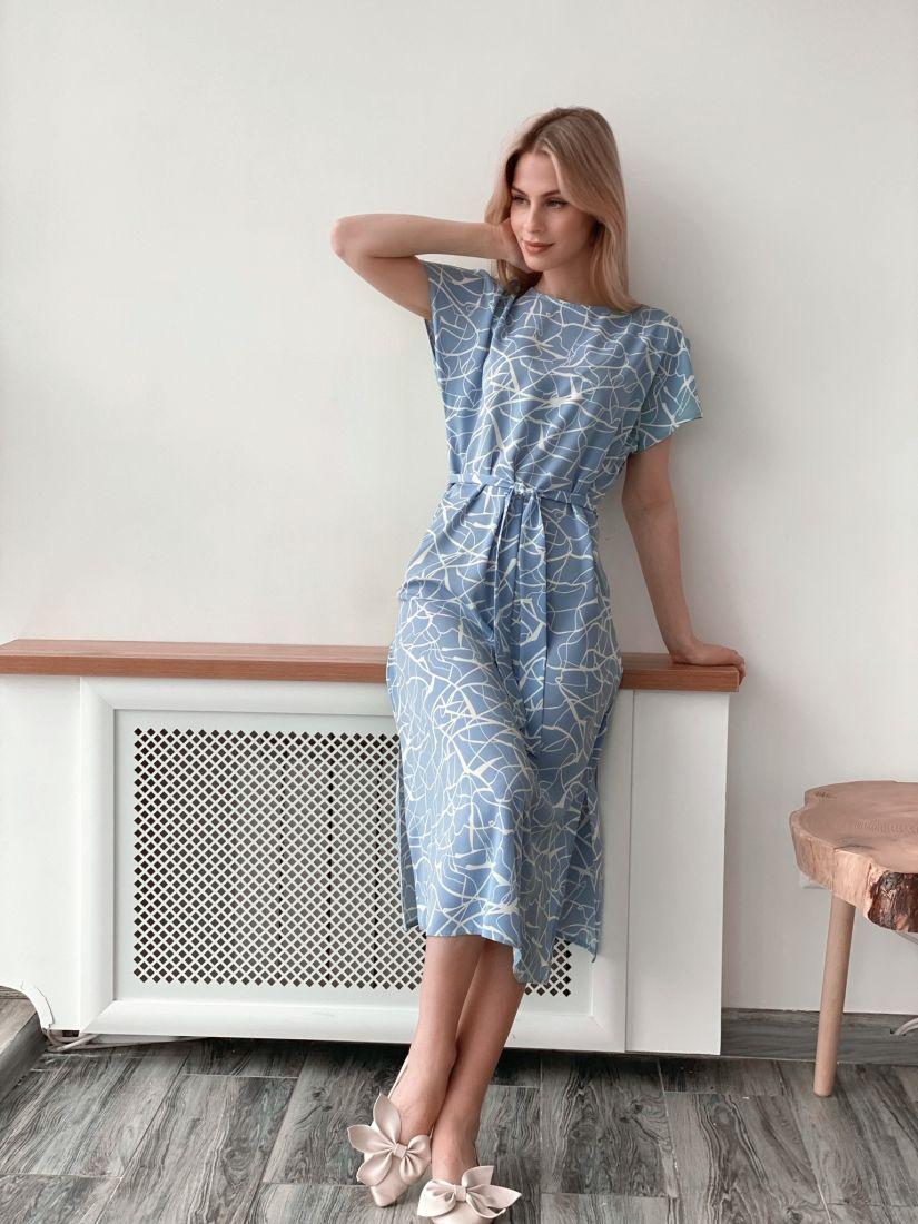 3928 Платье голубое с графичным принтом
