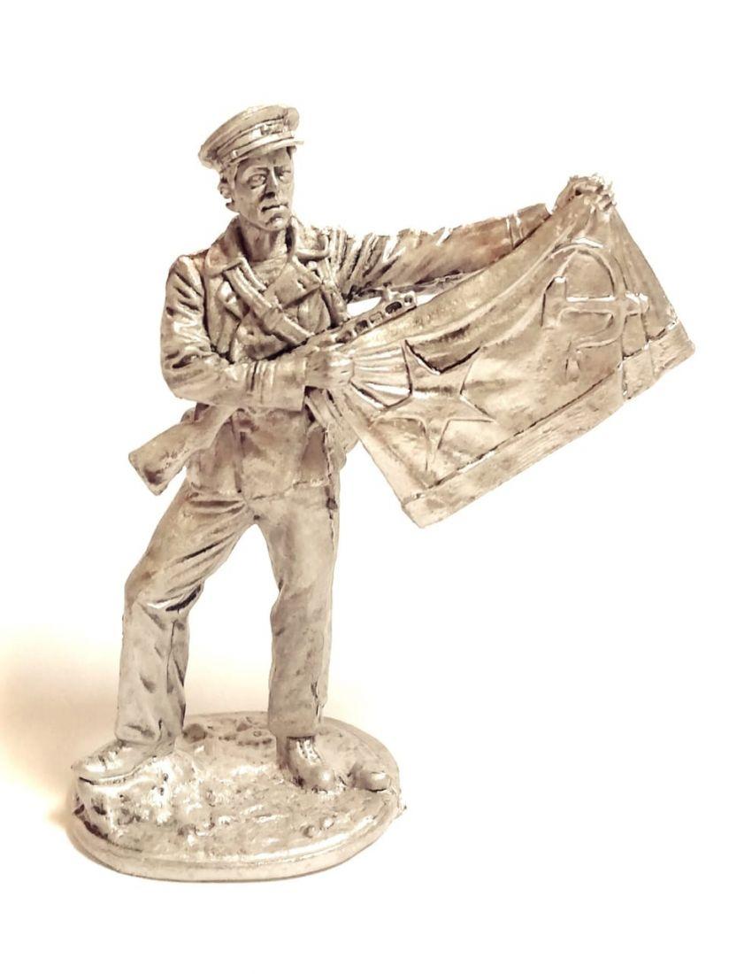 Фигурка моряк с флагом олово