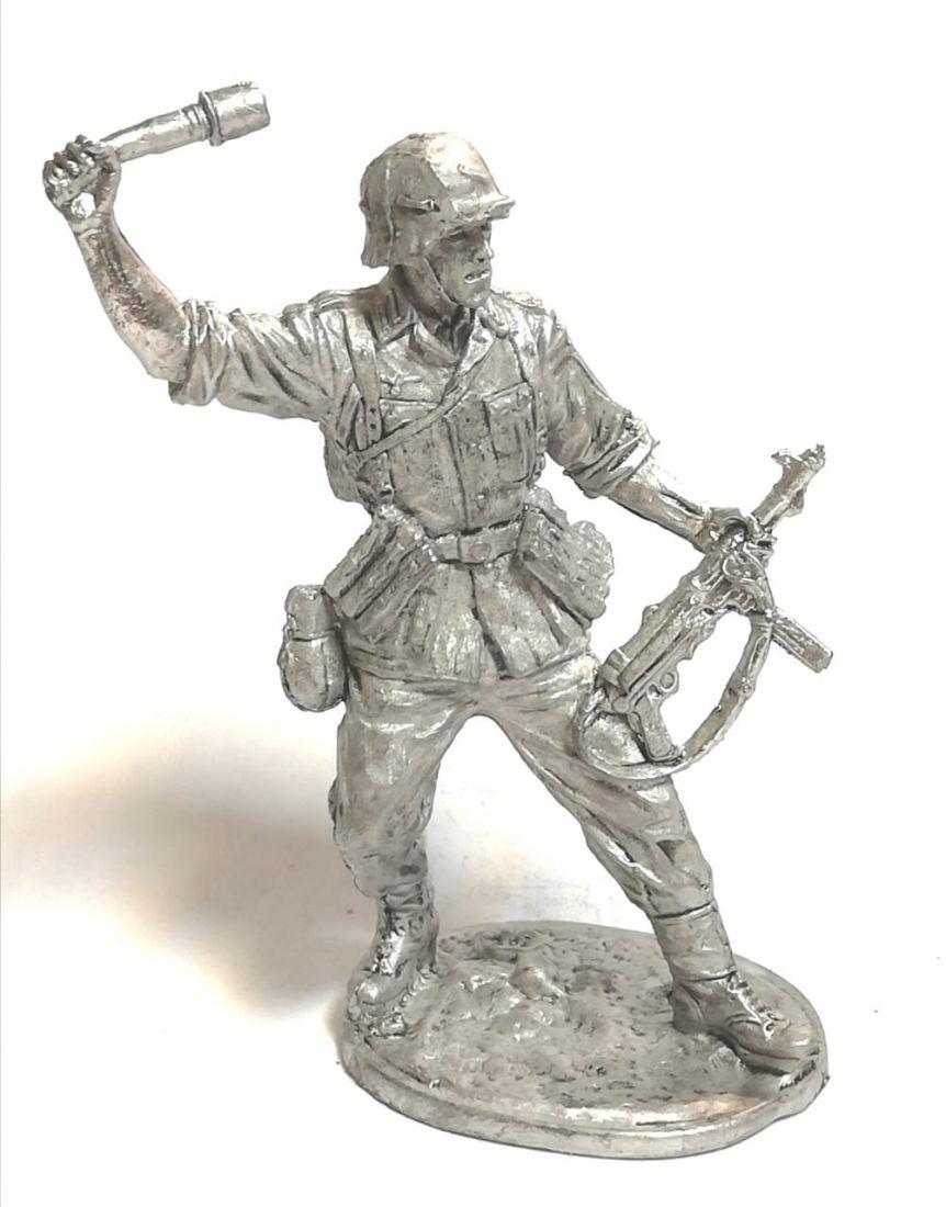 Фигурка немецкий солдат с гранатой олово