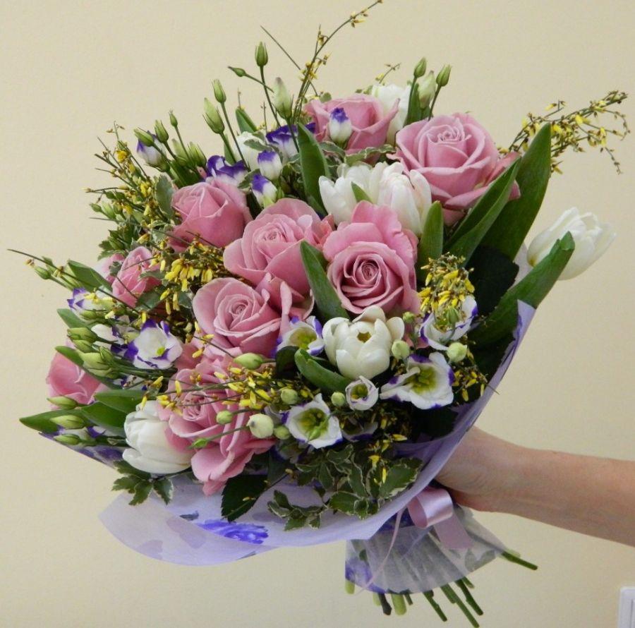 Сборный букет с розой, тюльпаном и генистой