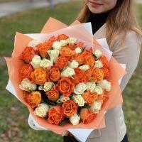 51 роза оранжевые и белые 40см