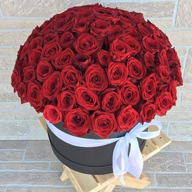Розы красные 101 шт в шляпной коробке
