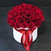 Розы красные 35 шт в шляпной коробке