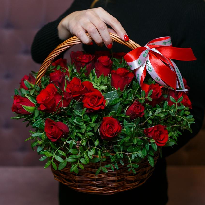 25 красных роз в корзине