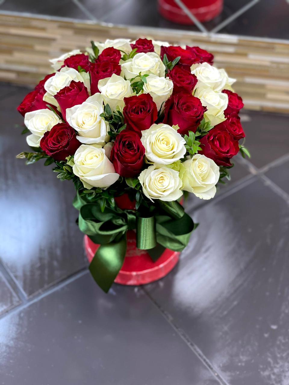Букет из 37 роз красной и белой в коробке