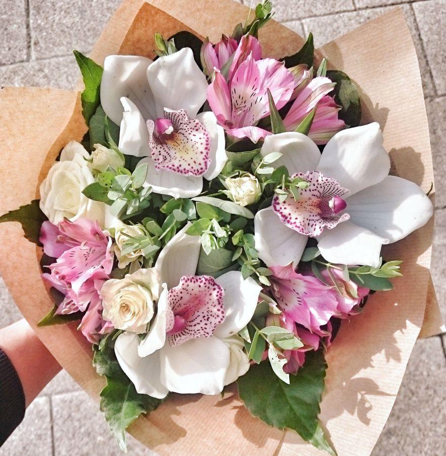 Букет с орхидеей и альстромерией