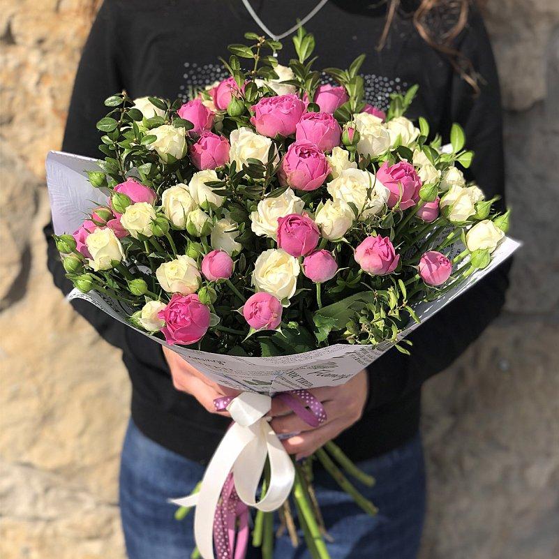 Букет из 15 белых и розовых кустовых роз