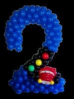 Цифра два из воздушных шаров с автомобилем