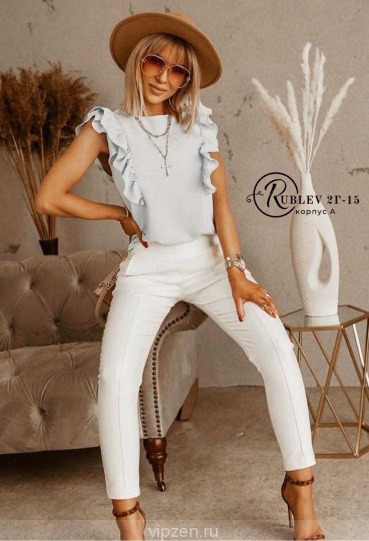 Элегантная блузка, украшенная двумя оборками по бокам