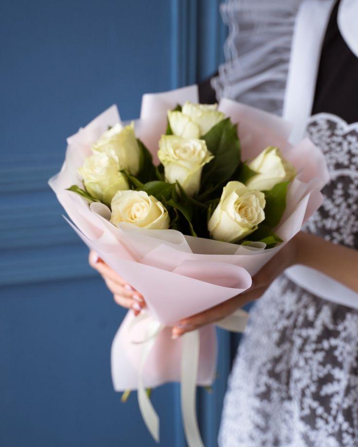 Композиция из цветов на выпускной из 7 кенийских роз