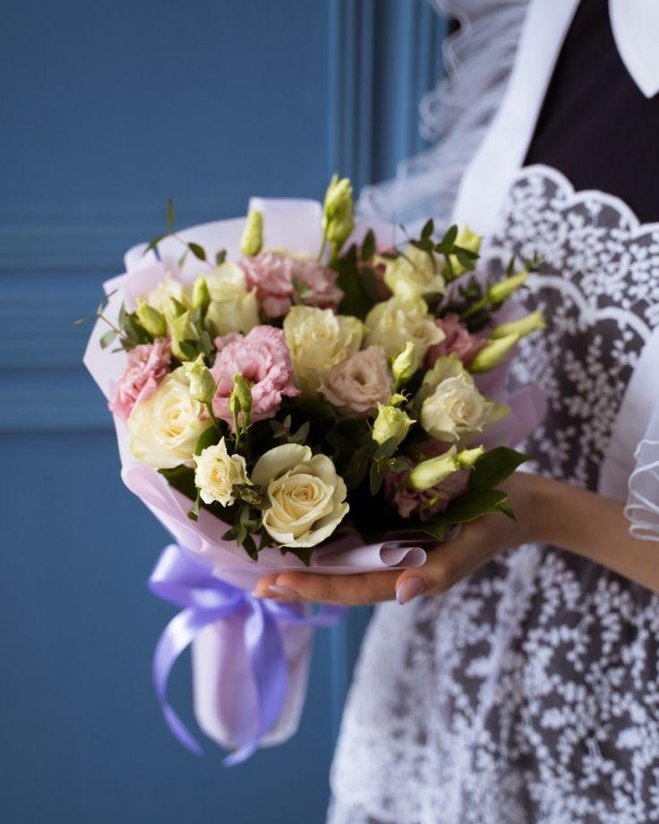 Букет цветов на выпускной из 7 роз и эустомы