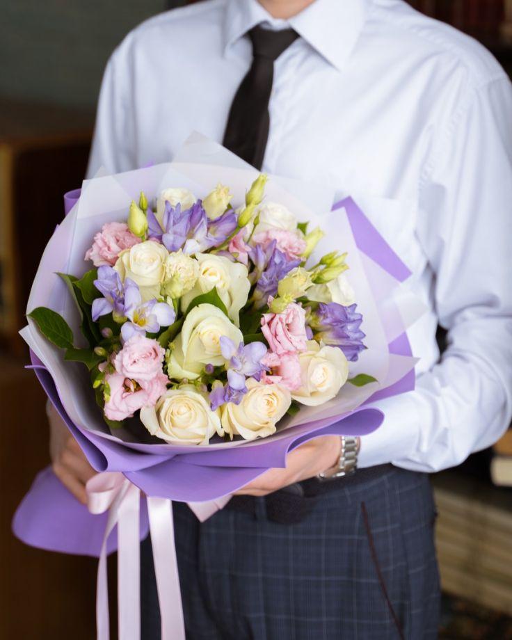 Букет цветов на выпускной из 7 роз, эустомы и фрезии