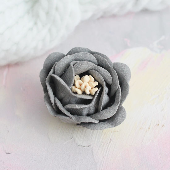 Цветок 3 см. плотный тканевый, серый