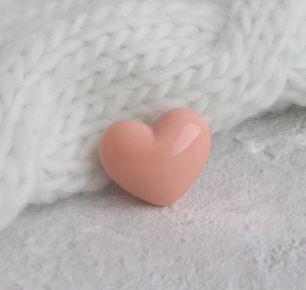 Кукольный аксессуар - Пуговица сердце персиковое 2,5*2 см.