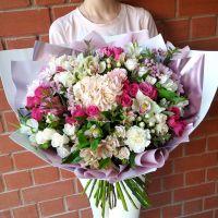 Сборный букет с гортензией и кустовыми розами