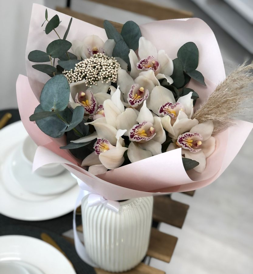 Орхидеи с эвкалиптом и сухоцветом в красивой упаковке
