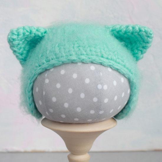 Вязаная шапочка для куклы Кошечка мятная