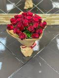 Букет из 21 розы кенийской красной в упаковке