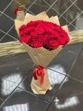 Букет из 25 роз красных эквадорских в упаковке