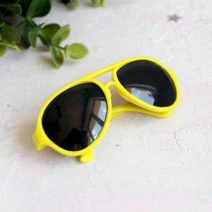 Кукольный аксессуар - очки солнцезащитные, желтые 8 см.