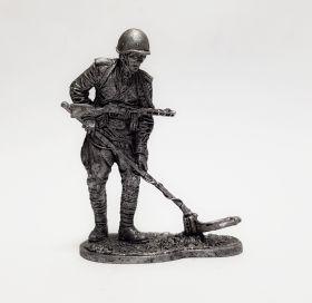 Ряд. сапёрных частей Красной Армии с миноискателем, 1943-45 гг. СССР (олово)
